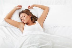 vakker kvinne som sover godt